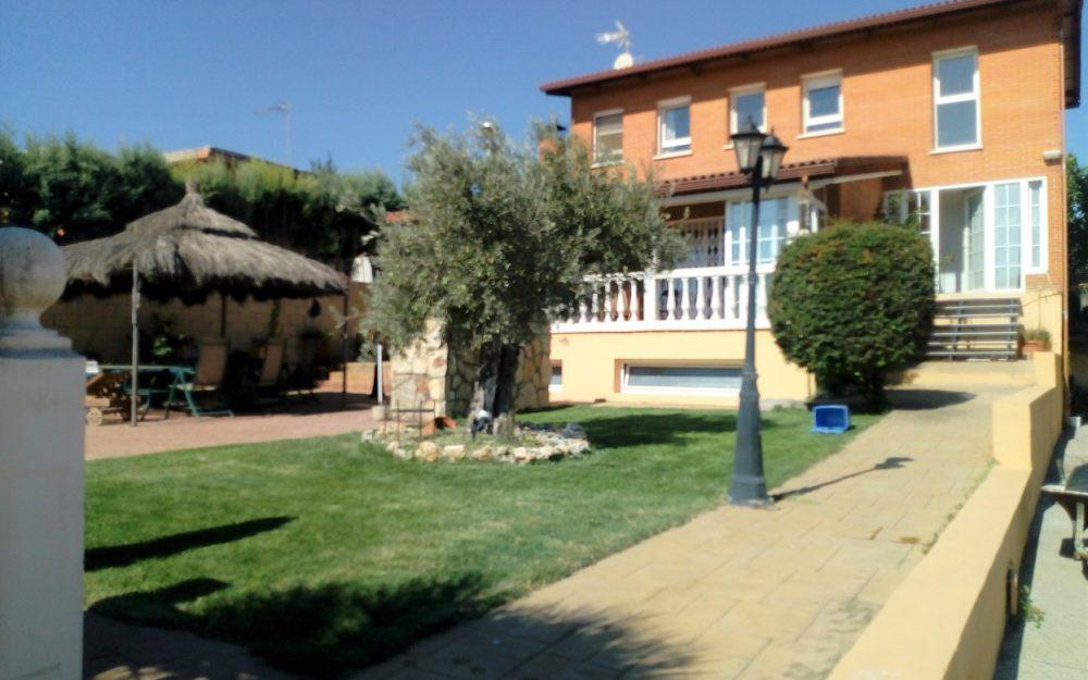 Espléndido chalet de 4 dormitorios con piscina propia en Urb. Las Castillas