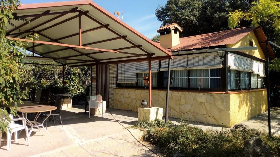 Casita de 45 m2 en parcela de 820 m2 con arboleda en Urbanización Montecalderón