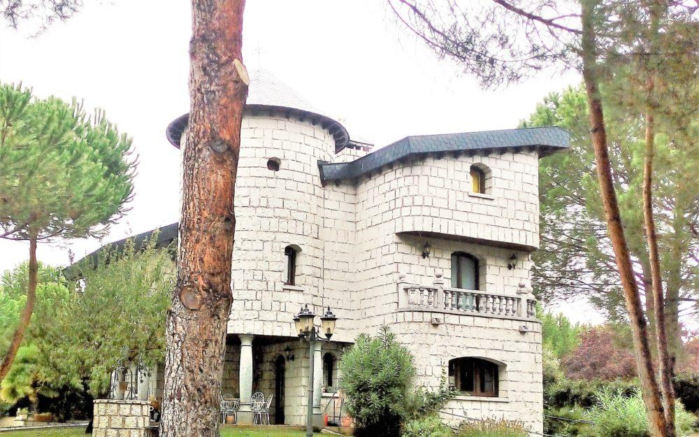 Fabulosa mansión de estilo castillo francés en Urbanización La Granjilla.